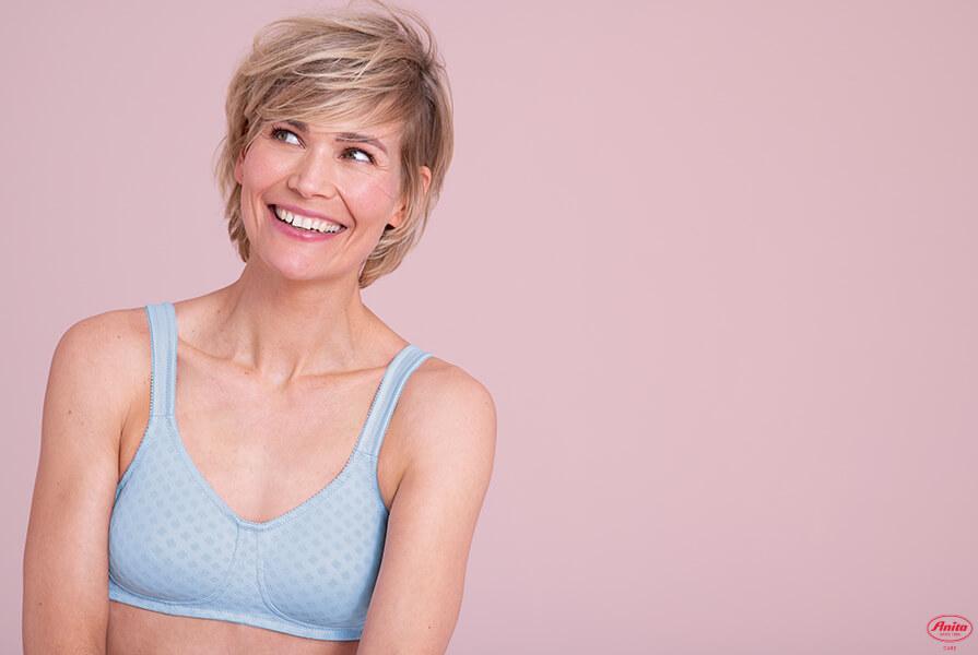 Frau in einem Prothesen-BH von Anita Care