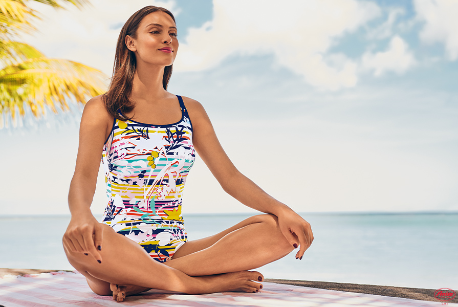 Frau relaxt im Badeanzug von Anita Care am Strand