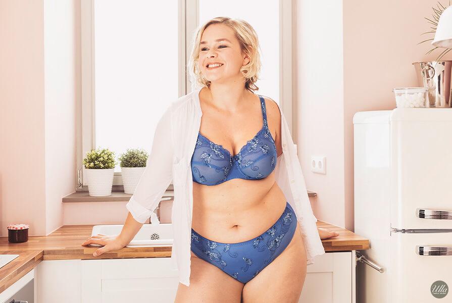 Mollige Frau in blauer Unterwäsche von Ulla in ihrer Küche